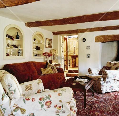 niedriges wohnzimmer mit weiss verputzter holzbalkendecke. Black Bedroom Furniture Sets. Home Design Ideas
