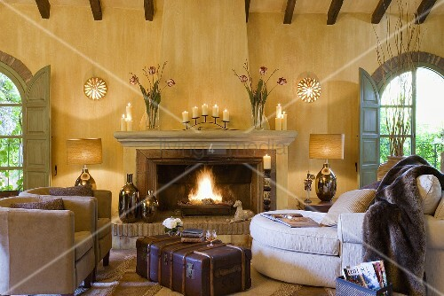 alter koffer als couchtisch und braune sessel vor dem. Black Bedroom Furniture Sets. Home Design Ideas