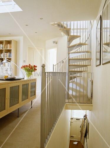 Wendeltreppe f hrt aus modernem wohnzimmer zu wei em podest bild kaufen living4media - Podest wohnzimmer ...