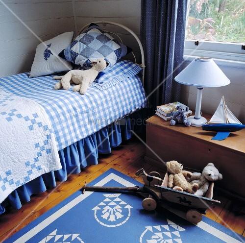 ein kinderzimmer das mit einem eisenbett und einen dielenfu boden ausgestattet wurde bild. Black Bedroom Furniture Sets. Home Design Ideas