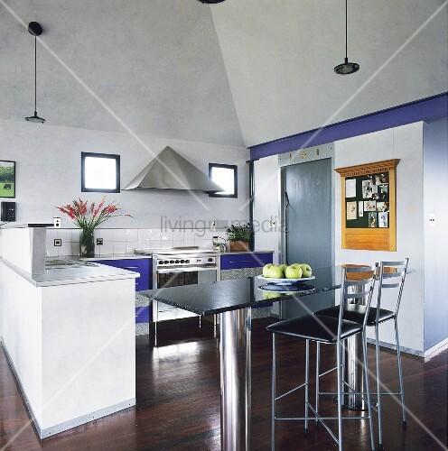 ein bar tisch der aus einer marmorplatte und zwei stahlzylinder als tischbeinen besteht und. Black Bedroom Furniture Sets. Home Design Ideas