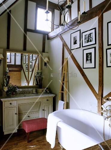 in einem l ndlichen badezimmer ist ein spiegel ber einen wei en schminktisch angebracht worden. Black Bedroom Furniture Sets. Home Design Ideas