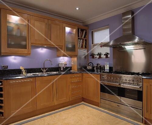 eine in violette gestrichen moderne k che mit holz einheiten und einen edelstahl herd bild. Black Bedroom Furniture Sets. Home Design Ideas