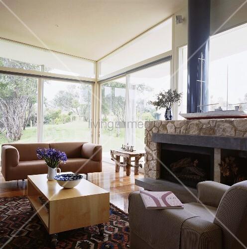 In einem modernen Wohnzimmer steht ein Couchtisch aus Holz