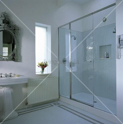 ein modernes badezimmer mit einem venezianischen spiegel. Black Bedroom Furniture Sets. Home Design Ideas