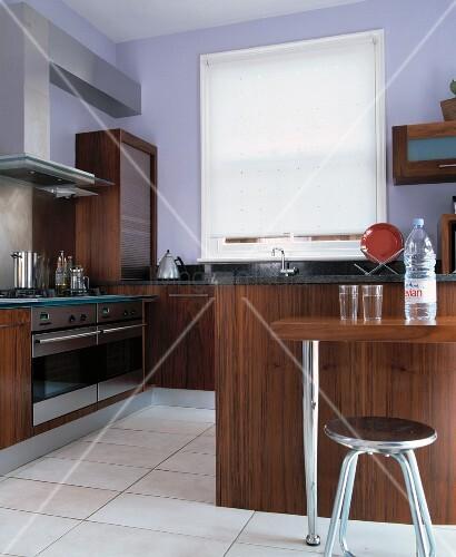 Moderne Küche Mit Dunklen Holzfronten Und Weissem