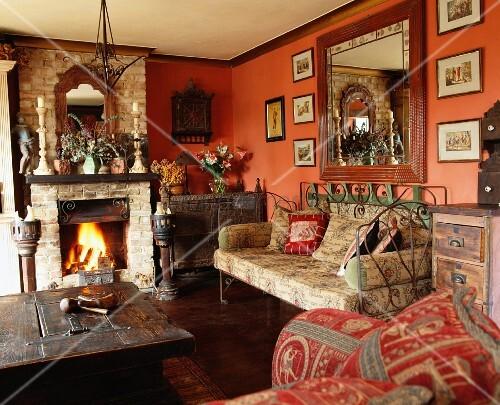 rustikales wohnzimmer mit antikem metallsofa und weiteren. Black Bedroom Furniture Sets. Home Design Ideas