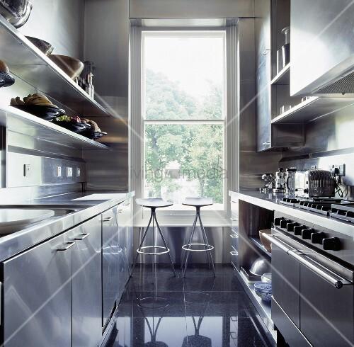 metallhocker vor einem hohen fenster in der modernen k che. Black Bedroom Furniture Sets. Home Design Ideas