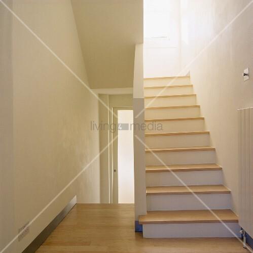 moderne wei e treppe mit holzstufen in einem treppenhaus. Black Bedroom Furniture Sets. Home Design Ideas