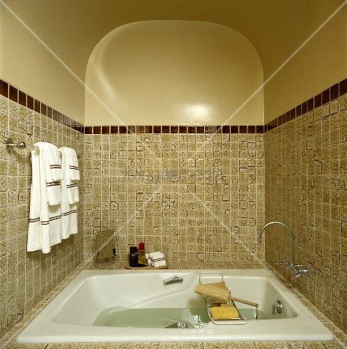 Traditionelles badezimmer mit beigen kacheln einer for Kacheln badezimmer