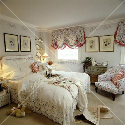 Schlafzimmer mit spitzenbettdecke und sessel und jalousien mit floralem muster bild kaufen - Schlafzimmer muster ...