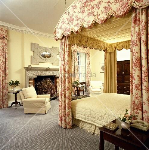 herrschaftliches pastellgelbes schlafzimmer mit himmelbett mit toile de jouy vorh nge. Black Bedroom Furniture Sets. Home Design Ideas