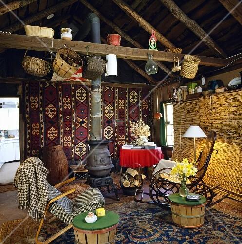 rustikales wohnzimmer mit kelim wollteppich an der wand. Black Bedroom Furniture Sets. Home Design Ideas