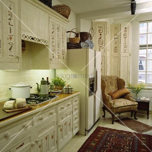 eine k che die schr nke mit hieroglyphen verziert und ein grosser k hlschrank bild kaufen. Black Bedroom Furniture Sets. Home Design Ideas