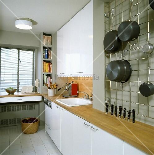 weisse k che mit holzarbeitsfl che und wandgitter f r die. Black Bedroom Furniture Sets. Home Design Ideas