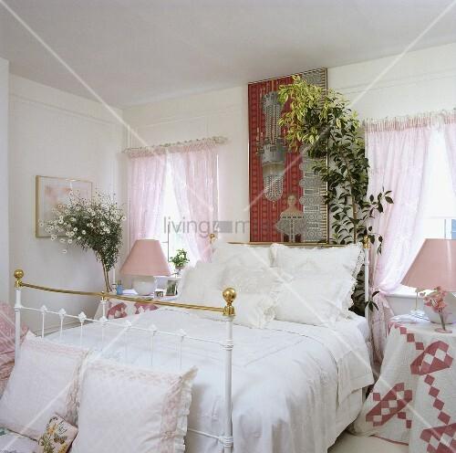messing bett mit weisser bettw sche und rosa vorh nge in einem schlafzimmer bild kaufen. Black Bedroom Furniture Sets. Home Design Ideas