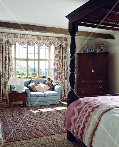 Himmelbett und blaues sofa vor dem fenster in einem for Sofa vor fenster