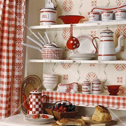 rot weisses geschirr in einem k chenregal mit rot weiss karierten. Black Bedroom Furniture Sets. Home Design Ideas