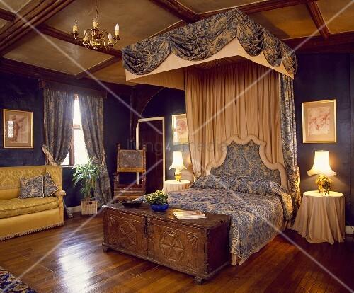 grosses schlafzimmer mit parkettboden und halb himmelbett. Black Bedroom Furniture Sets. Home Design Ideas