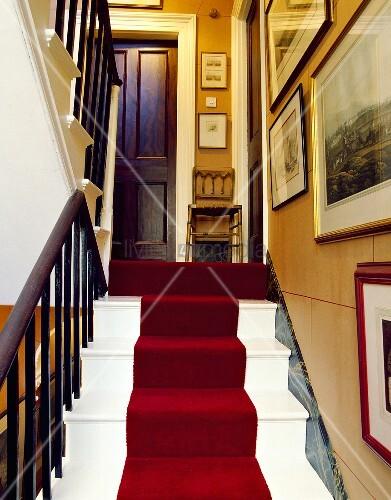 Weisse Treppe mit rotem Teppich – Bild kaufen – living4media
