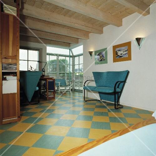 t rkis sofa in einem wohnzimmer mit holzdecke und gelb t rkis schachbrettmuster boden bild. Black Bedroom Furniture Sets. Home Design Ideas