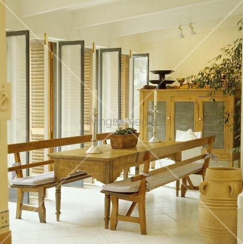 Rechteckiger Tisch und Bänke aus Kiefernholz in einem modernen weissen Esszimmer mit offenen ...