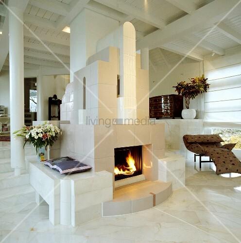 kamin in einem modernen offenen wohnzimmer mit marmorboden bild kaufen living4media. Black Bedroom Furniture Sets. Home Design Ideas