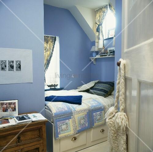 hellblau get ntes schlafzimmer mit eingebautem bett und schublade unter dachschr ge bild. Black Bedroom Furniture Sets. Home Design Ideas