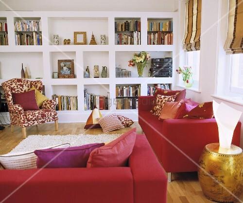 Rote Sofa im modernen Wohnzimmer mit weißem gemauerten ...