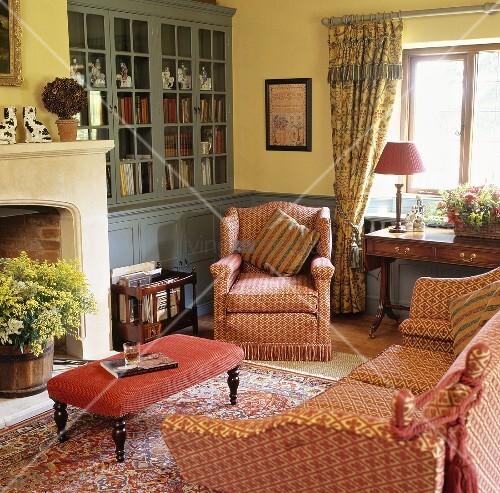 Gemusterte roten sofagarnitur im wohnzimmer mit hellgelben w nden und grau blauem einbauschrank - Einbauschrank wohnzimmer ...