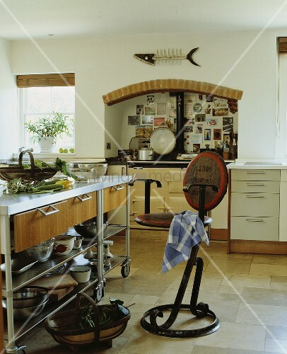 freistehende mobile kochinsel aus metall in l ndlicher. Black Bedroom Furniture Sets. Home Design Ideas