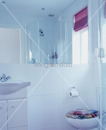modernes weisses bad mit dusche bild kaufen living4media. Black Bedroom Furniture Sets. Home Design Ideas