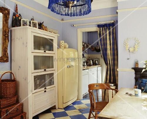 k che im stilmix mit violetter wand und blau weissem schachbrettmuster auf boden bild kaufen. Black Bedroom Furniture Sets. Home Design Ideas