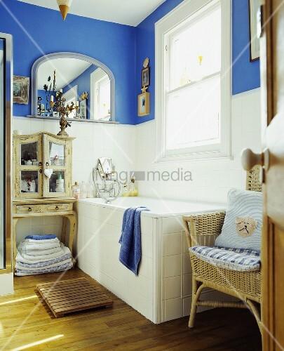 Traditionelles bad mit blauer wand ber weissen fliesen bild kaufen living4media - Klavier fliesen ...
