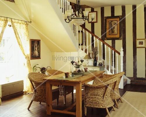 korbst hle am holztisch im offenen esszimmer mit treppe. Black Bedroom Furniture Sets. Home Design Ideas