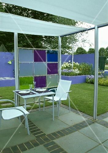 terrassentisch und st hle aus metall unter moderner pergola mit gartenblick bild kaufen. Black Bedroom Furniture Sets. Home Design Ideas