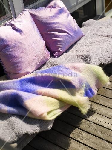 eine decke und kissen auf einem balkon bild kaufen living4media. Black Bedroom Furniture Sets. Home Design Ideas