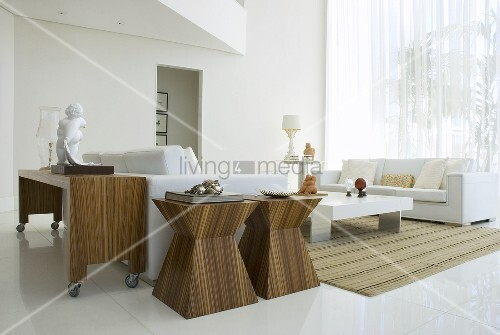 zwei beistelltische und ein ablagetisch auf rollen in einem wohnzimmer bild kaufen living4media. Black Bedroom Furniture Sets. Home Design Ideas