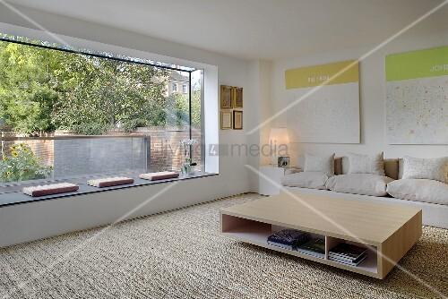 Moderne fensterfronten  Moderner Vorraum mit braun getönter Wand und Blick auf Sofa vor ...