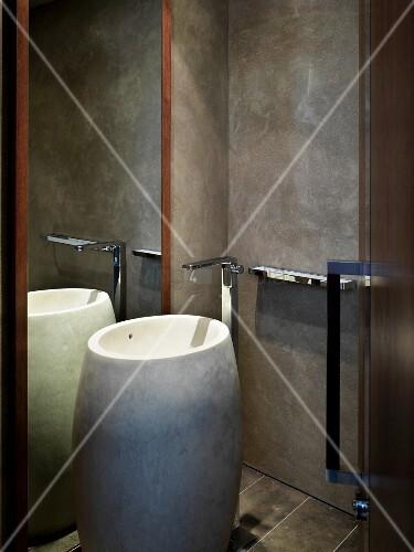 Künstlerisches Designerbad Mit Tonnenartigem Standwaschbecken Aus ... Graue Wand Und Stein