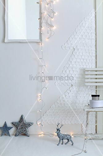 ein christbaum aus wattepads an der wand mit lichterkette und weihnachtsdekoration bild kaufen. Black Bedroom Furniture Sets. Home Design Ideas