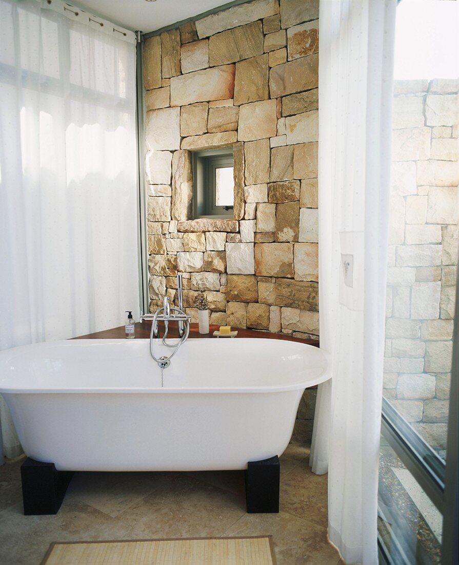 Freistehende Badewanne in einem … – Bild kaufen – 20 ...