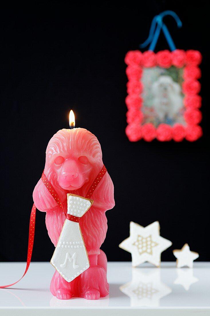 Affenfigur-Kerze mit Mürbteigplätzchenkrawatte