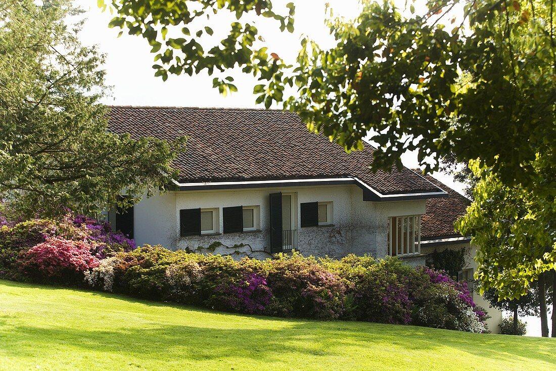 Landhaus am Hang mit gepflegtem Garten