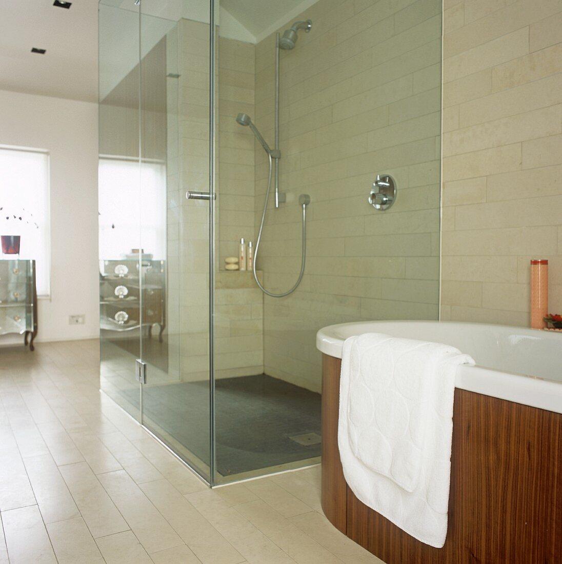 Begehbare Dusche mit Glaswand neben … – Bild kaufen – 20 ...