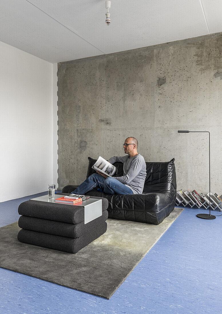 Mann in einer modernisierte Plattenbauwohnung am Alexanderplatz, Berlin, Deutschland