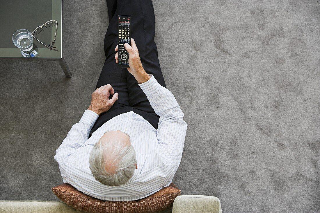Älterer Mann vor dem Fernseher