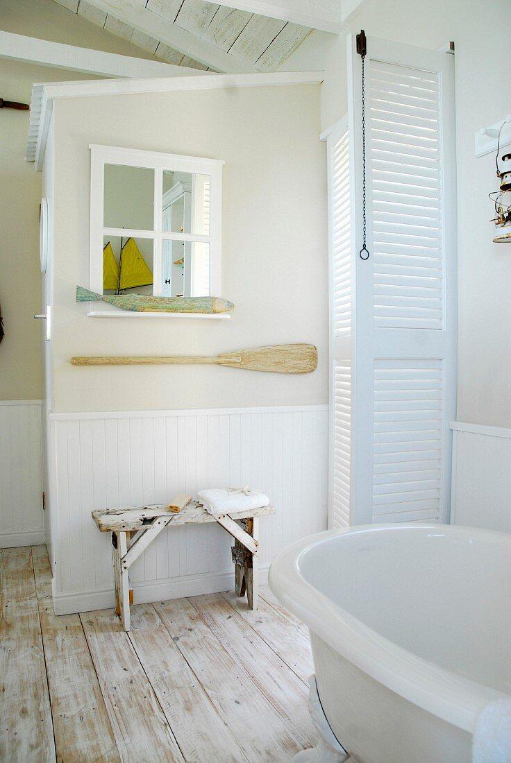 weiße Lamellentüren, Fensterspiegel mit … – Bild kaufen – 20 ...