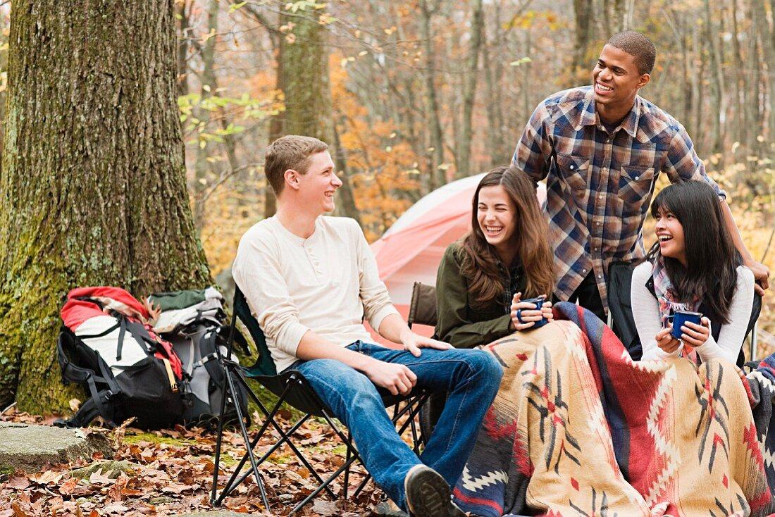 Freunde campen im herbstlichen Wald