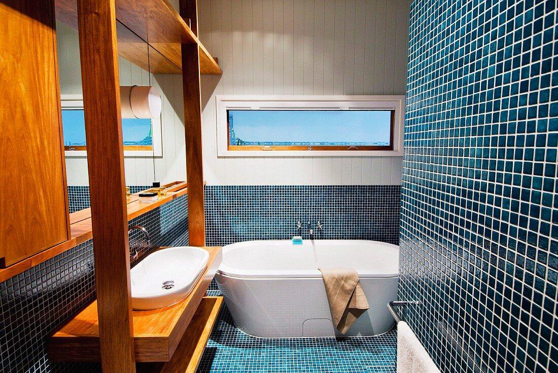 Blaue Mosaikfliesen und Waschtisch mit … – Bild kaufen – 20 ...